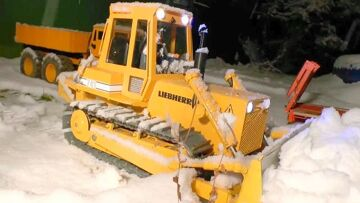HEAVY MACHINES    RC DOZER AT THE SNOW    KIROVETS AND MAN WORKING AT THE SNOW  RC TOYS