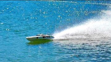 VERY VERY FAST BRUTAL RC POWERBOAT SPEED 150 KMH AND MORE ON THE WATER