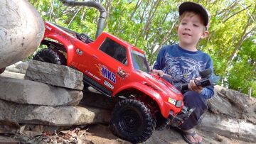 NEW DRiVER MOE & Dad Play w/ Red & Blue Trucks on the Backyard Trail Course! | RC ПРИКЛЮЧЕНИЯ