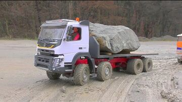 MUDDI RC CONSTRUCTION ZONE! VOLVO FMX 500 SAVE THE GLOBE LINER 6X6! COOL RC VEHICLES WORK IN MUD