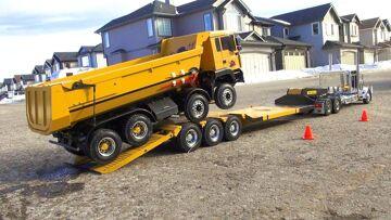 RC ADVENTURES – Chrome Tamiya King Hauler Truck pulls 8×8 Tipper Truck on Triple Axle Trailer