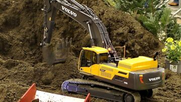 HUGE RC VOLVO EC480D 1:14,5 SCALE MODEL EXCAVATOR AT THE RC CONSTRUCTION SITE / Intermodellbau 2016