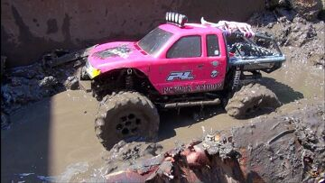 RC ADVENTURES – Muddy Momma helps make a MUD PiT! Will 4X4 PiNKY GET STUCK?!