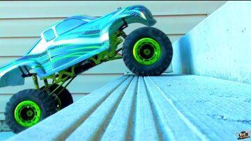 RC AVONTUREN – TRUCK CLiMBS STAiRS – 1/5th Scale RC Truck vs Concrete Porch (Electric)