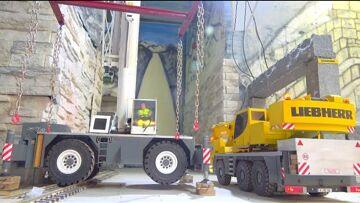 LIEBHERR LTM 1055 ENGINE DAMAGE! STUNNING CRANE LIFT ! LRT 1100 IN ACTION