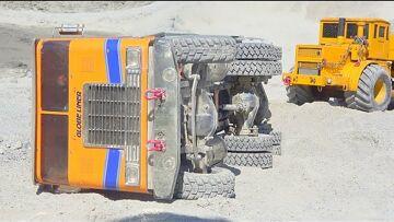 HEAVY TRUCK CRASH 2020! RC TRUCK ACCIDENT AT THE BIG CONSTRUCTION SITE! MOROOKA T800