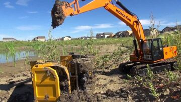 RC ADVENTURES – ACCiDENT! Excavator lifts tipped Dump Truck