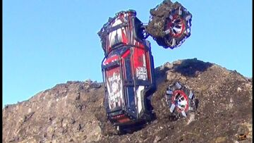 RC ADVENTURES – TRAXXAS SUMMiT – SPiKED CHAiNS Claw into the MUD CLiFF WiTH EASE!