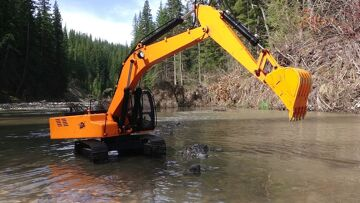 RC ADVENTURES – Piling Rocks in a River with a 4200xl Hydraulic Excavator 1/12 scale