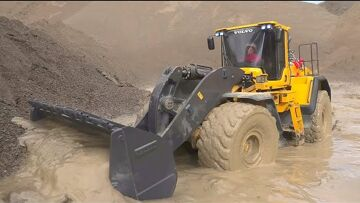 VOLVO L250GS WORK SO HARD IN MUD! STRONG RC VOLVO LOADER! GLOBE LINER 6X6 STUCK IN MUD